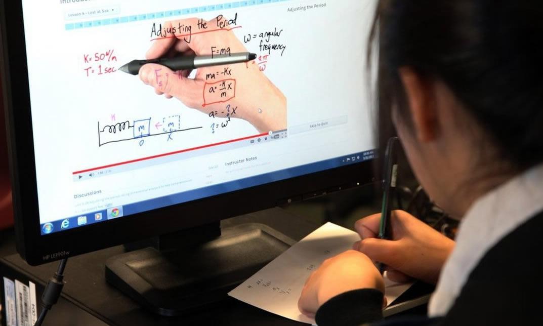 fazendo curso online no computador